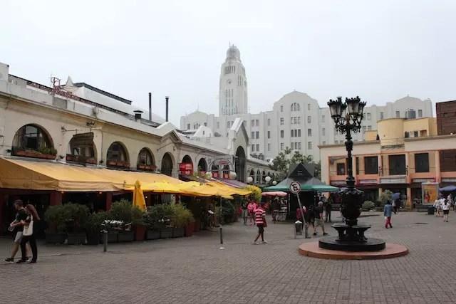 Um dos pontos turísticos clássicos de Montevidéu: as parrillas do Mercado del Puerto