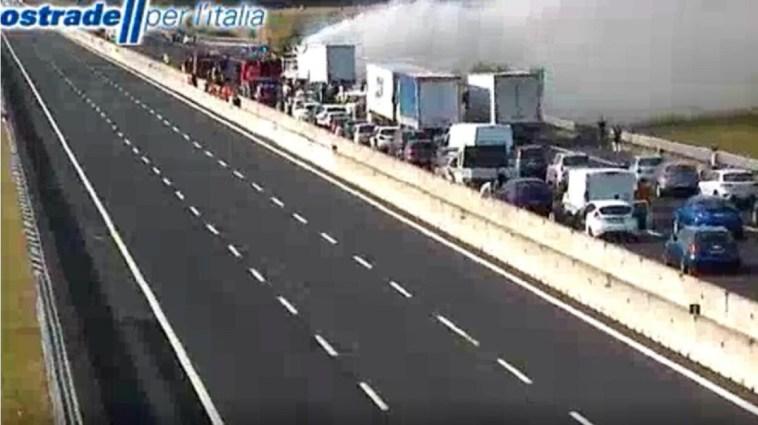 Inferno sulla A1. Tir in fiamme dopo uno scontro. C'è una vittima