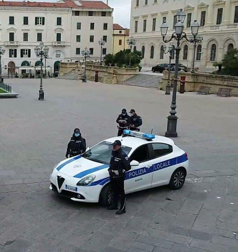 サッサリ地方警察がボルゲーゼの交通警察のビーチを管理