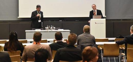 Prof. Joachim Hohmann (Podium li.) und Prof. Michael May (re.) sind die Initiatoren der Fachtagung IT im Real Estate und Facility Management