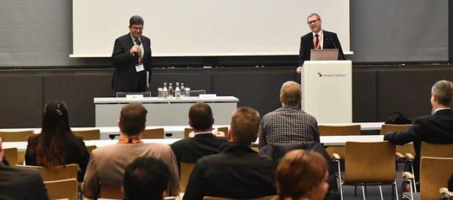 Prof. Joachim Hohmann (Podium li.) und Prof. Michael May (re.) sind die Initiatoren der Fachtagung IT im Real Estate und Facility Management