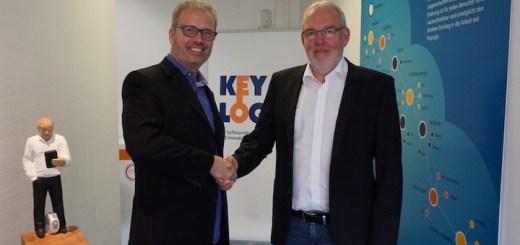 Ron Rock, CEO von Microshare, und Rudolf Brendel, Geschäftsführer von Keylogic, freuen sich über die neue Partnerschaft zwischen IoT und CAFM