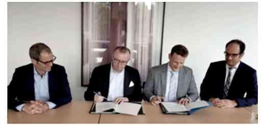Unterzeichneten den Vertrag für das BIM-Kompetenzzentrum des Bundes: (v.l.) MD Frank Krüger (BMVI), MR Rudolf Boll (BMVI), Dr. Jan Tulke (pb40), RD Heiko Roeder (BMI)