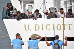 La Diciotti a Catania, Salvini ferma lo sbarco: la Ue ci prende in giro, nessuno vuole i migranti