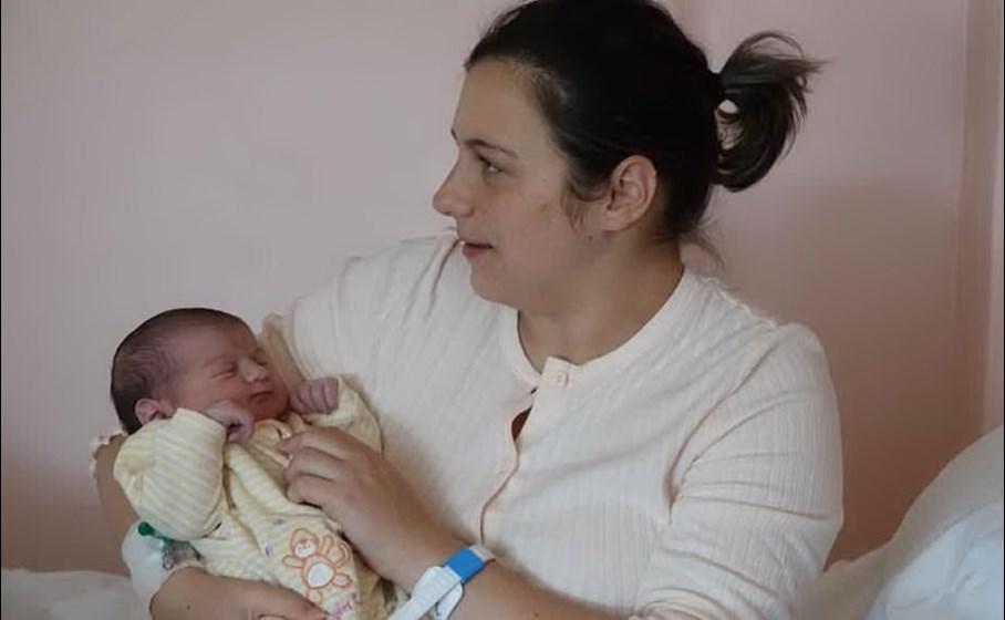 La piccola Alice con-la-mamma-Foto-G-Locci)