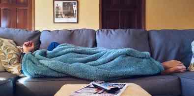 canapea sau pat cu saltea in sufragerie