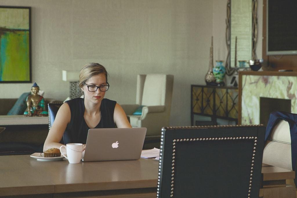 femeie care munceste acasa