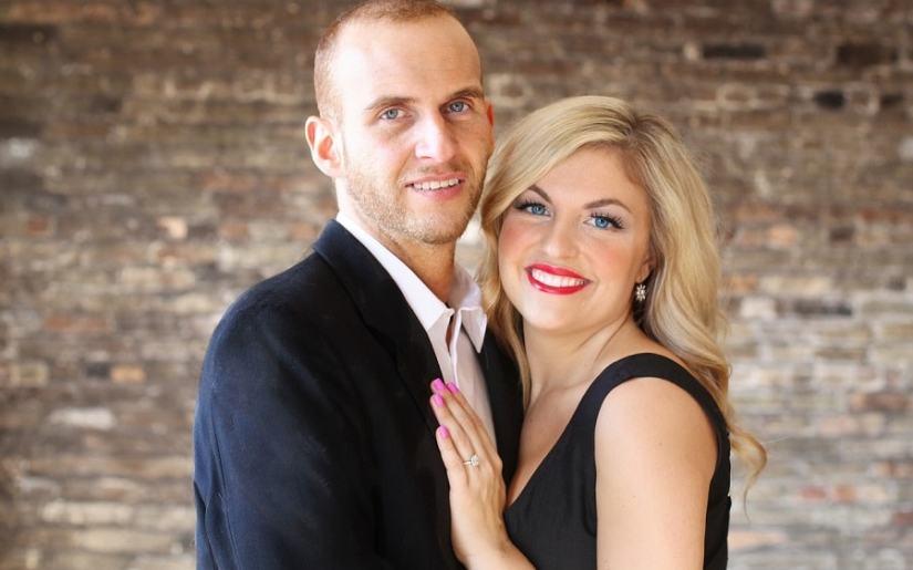 cuplu - femeie care poarta inel de logodna