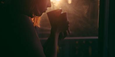 fata care bea ceai