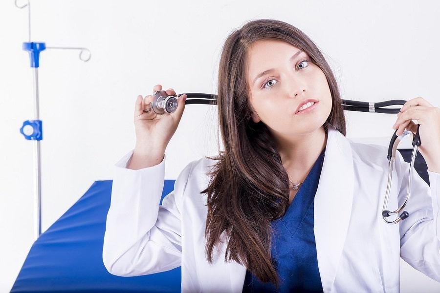 femeie in uniformă medicală
