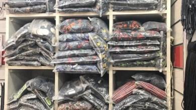 ضبط كمية من إستيكرات الملابس المقلدة داخل محل غير مرخص بالسلام