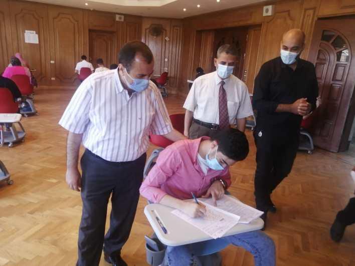 رئيس جامعة كفر الشيخ داخل لجان الامتحانات بكلية الذكاء الاصطناعي