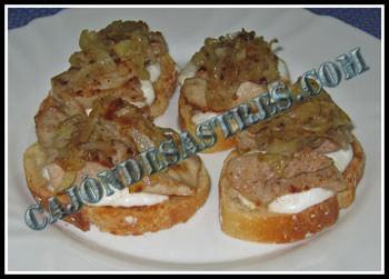 tostas de secreto de cerdo y alioli con cebolla caramelizada