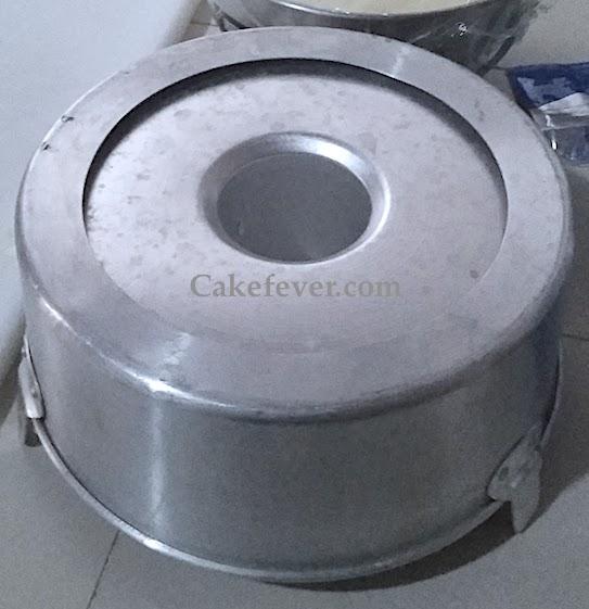 Loyang chiffon cake dibalik dengan adonan cake matang di dalamnya