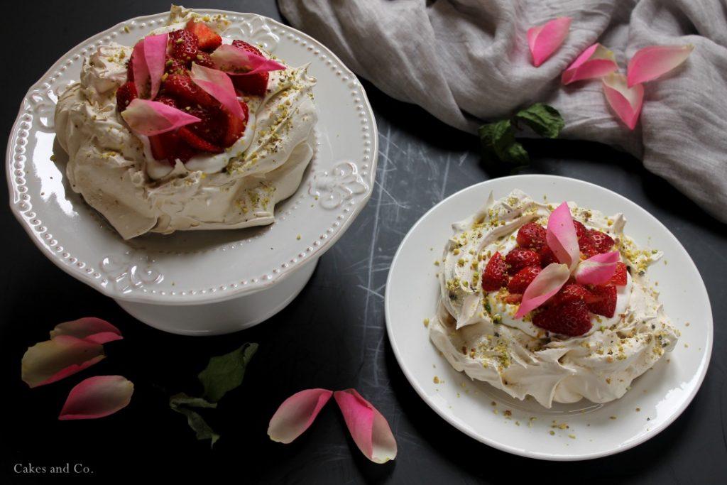 Mini pavlove all'acqua di rose e pistacchi con fragole