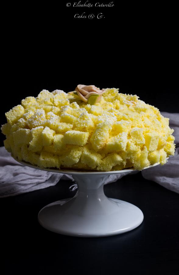 Torta mimosa al limoncello con crema diplomatica per la festa delle donne un grande classico della pasticceria italiana