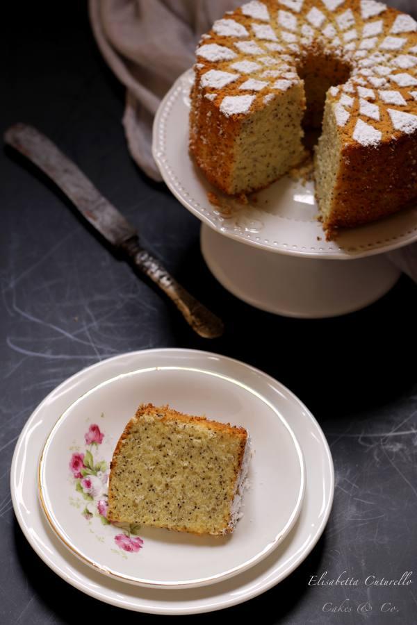 La fetta della Chiffon cake al limone e semi di papavero. La sofficissima e famosissima ciambella americana nella versione al imone e semi di papavero, profumata e buonissima, perfetta a colazione o merenda.