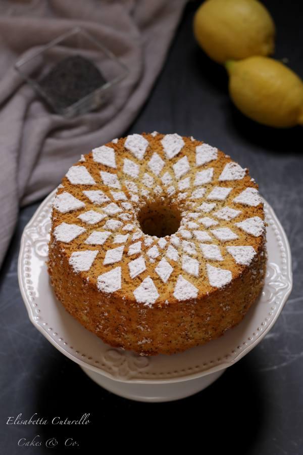 Chiffon cake al limone e semi di papavero. La sofficissima e famosissima ciambella americana nella versione al imone e semi di papavero, profumata e buonissima, perfetta a colazione o a merenda.