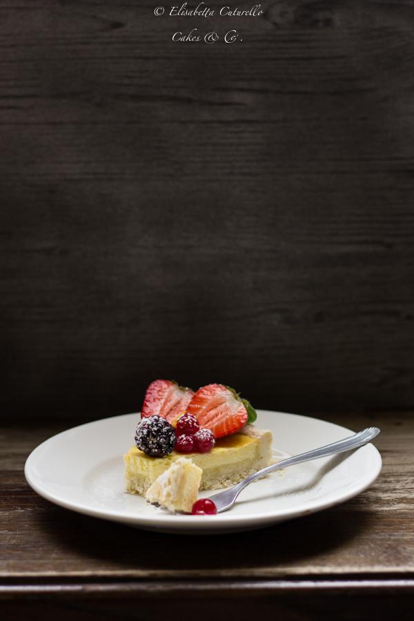 Fetta della crostata ricotta e frutti di bosco con frolla vegan al sesamo è una crostata leggera. La crema di ricotta e yogurt ha una consistenza leggera ma cremosa. I frutti di bosco sono ricchi di vitamine e antiossidanti. Inoltre la frolla senza uova e burro, ma arricchita dai semi di sesamo è molto più leggera di una frolla comune.