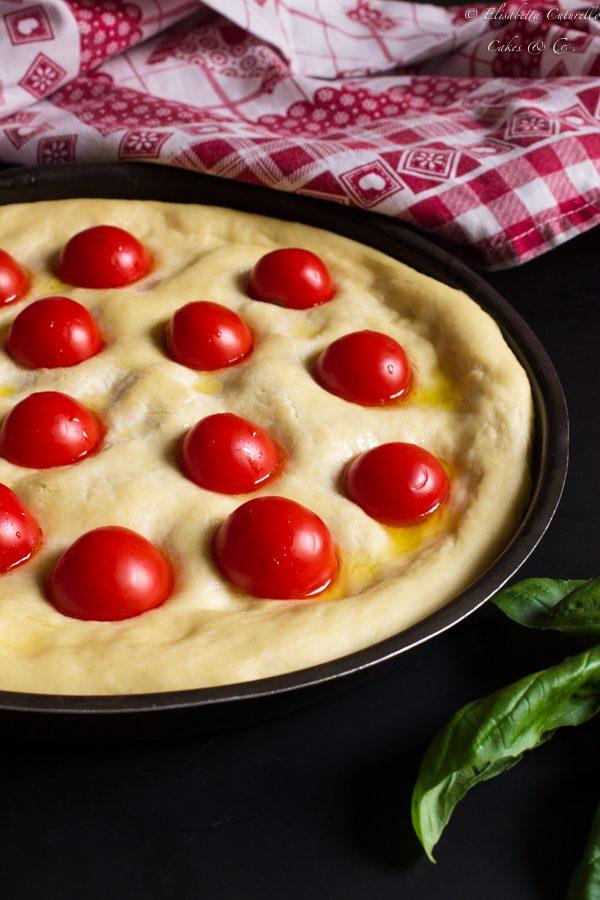 Focaccia alla semola bufala pomodorini e basilico fresco di Persegani: iFocaccia prima della cottura