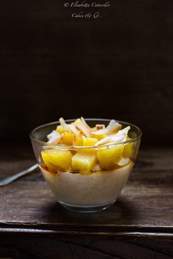 Dolce di riso al cocco e ananas caramellato un dessert vietnamita, una crema di riso profumata con una guarnizione di ananas caramellato e chips di cocco.