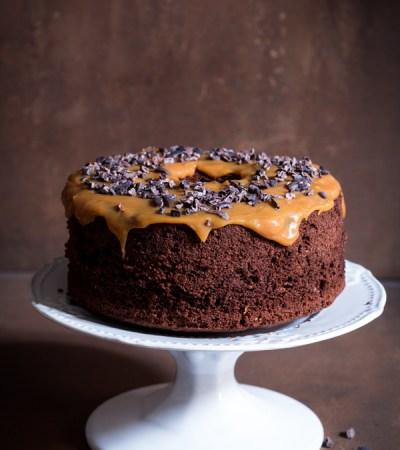 Chiffon cake al cacao e copertura al caramello salato