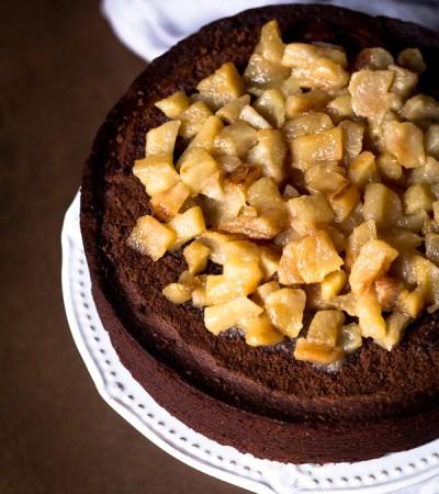 Torta al cioccolato nocciola, ricotta e pere caramellate