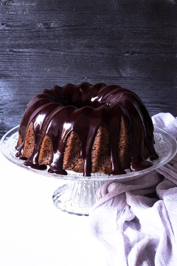 Ciambella all'acqua e cioccolato con glassa al cioccolato fondente