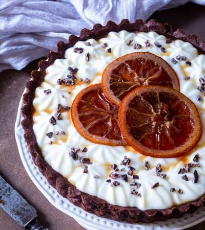 Crostata al cacao con marmellata d'arance amare crema di ricotta montata e arance al brandy