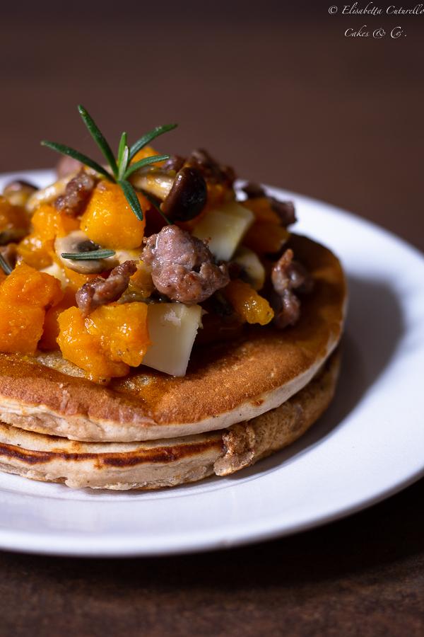 Pancakes salati con farina di castagne zucca, funghi salsiccia e scamorza