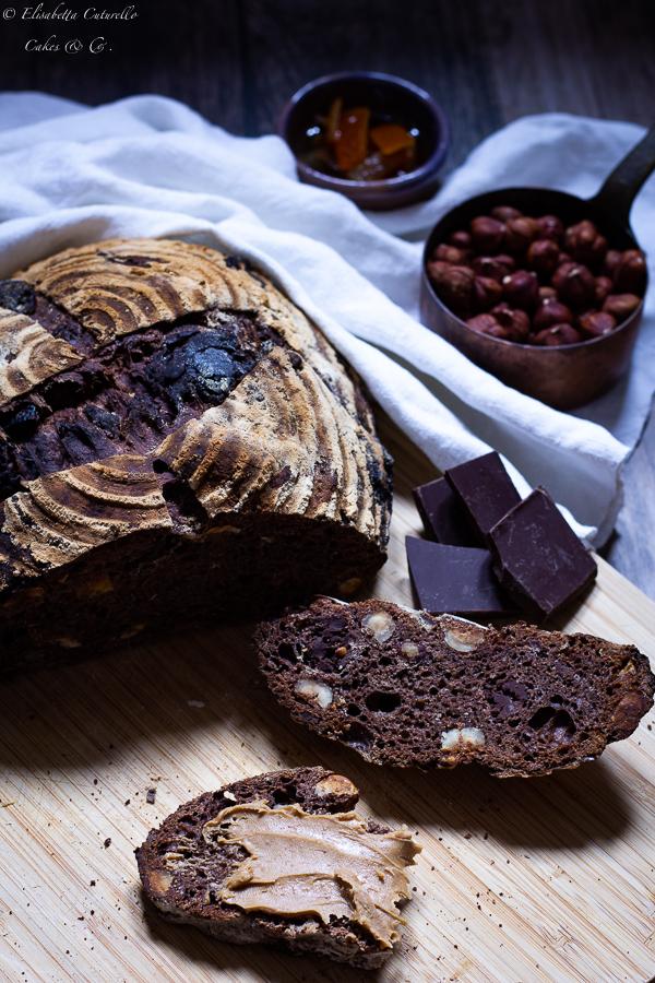 Pane al cioccolato scorze d'arancia e nocciole