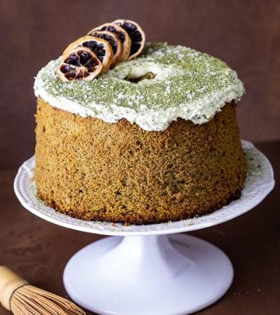 Chiffon cake al tè matcha e cocco con ganache al cioccolato bianco.