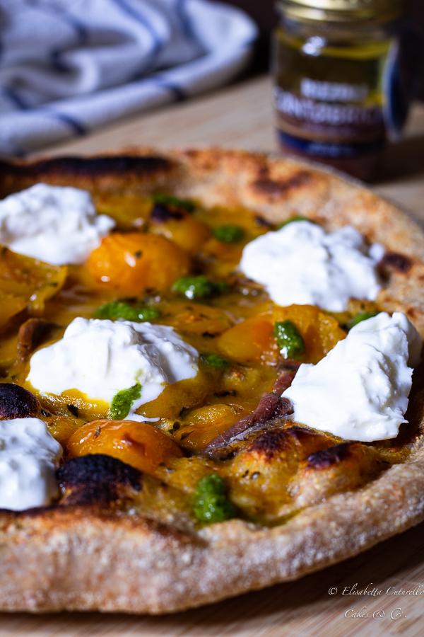 Pizza semi integrale alle alici, pomodorini gialli, burrata e pesto