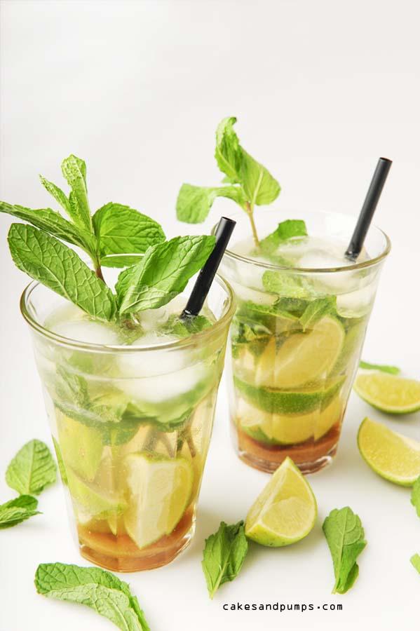 Mojito cocktail met rum, suiker, mint, limoen en water met bubbles
