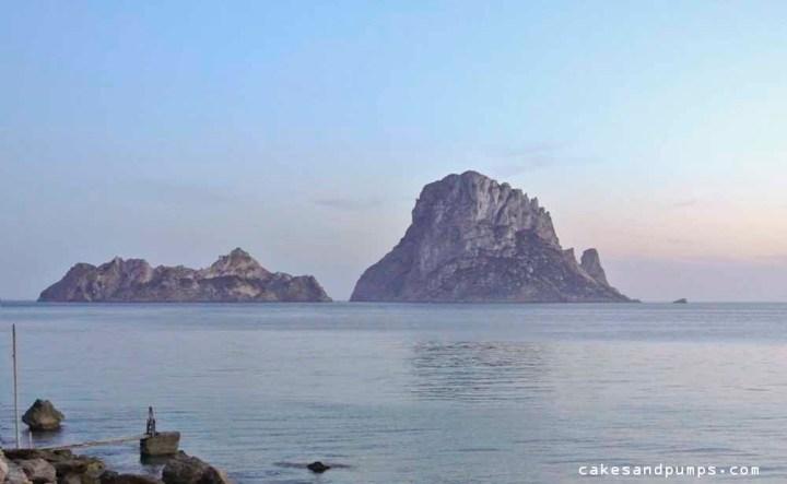 Es Vedra gezien vanaf het prachtige strand van Cala d'Hort  op Ibiza