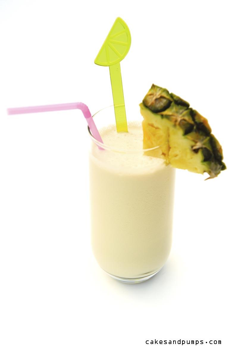 Friday Cocktail met een Pina colada Cocktail gefotografeerd op een witte achtergrond