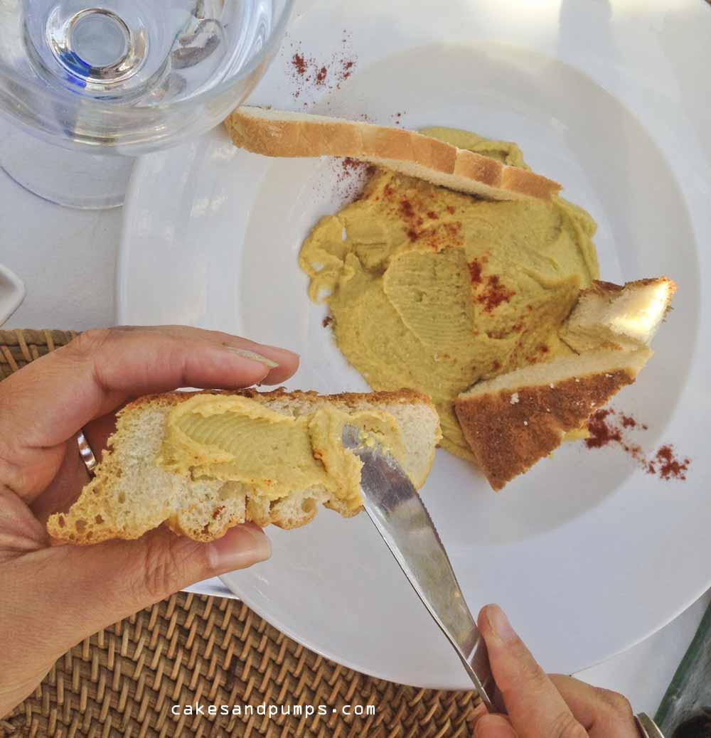 Humus aan het eten bij restaurant elements Ibiza