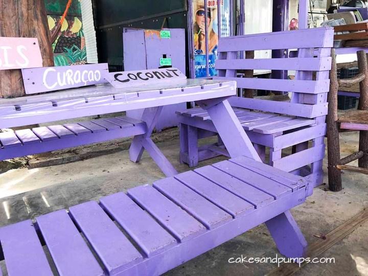 Groeten en Fruit Curacao - paarse palletbankjes