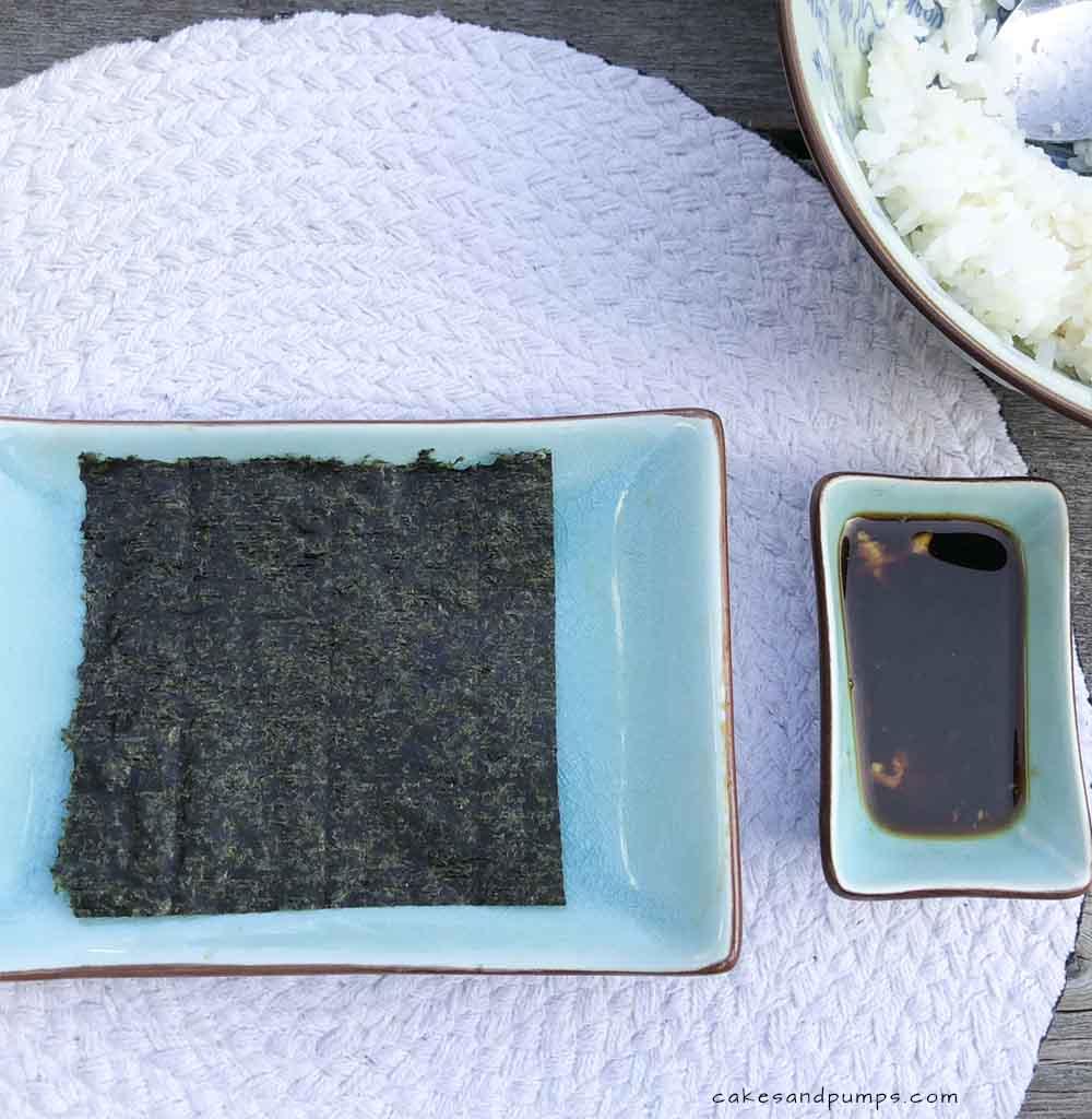 Simpele Sushi maken - eerste de Nori op je schaaltje, cakesandpumps.com
