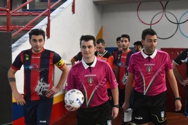 Il capitano del Città di Cosenza Marco Galiano e il duo arbitrale prima dell'ingresso in campo