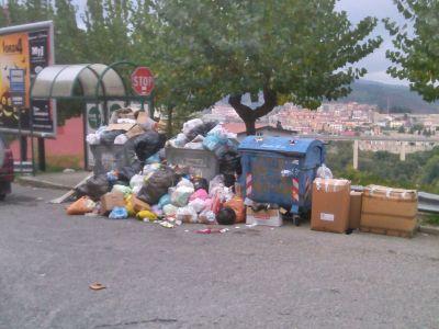Cumuli di spazzatura vicino scuola Corrado Alvaro 2