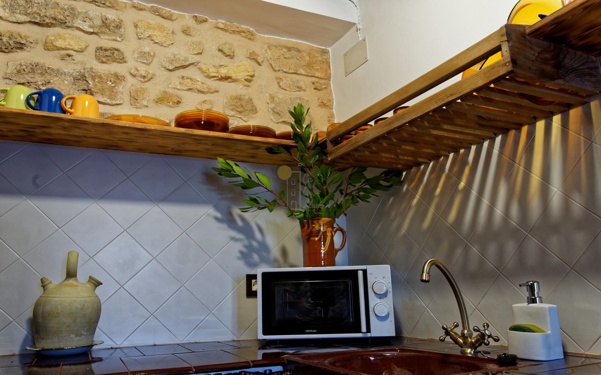 Cocina de Ca la Llum, la casa más acogedora de Tivissa