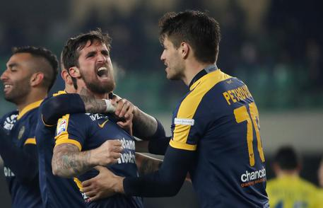 Hellas' Antonio Caracciolo (2R) jubilates with his teammates after scoring the goal during the Italian Serie A soccer match Hellas Verona FC vs AC Chievo Verona at Bentegodi stadium in Verona, Italy, 10 March 2018.  ANSA/SIMONE VENEZIA