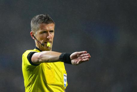 epa06525704 Italian referee Daniele Orsato gestures during the UEFA Champions League round of 16, first leg soccer match between FC Porto and Liverpool FC at Dragao stadium in Porto, Portugal, 14 February 2018.  EPA/JOSE COELHO