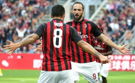 AC Milan's Gonzalo Higuain  (R) jubilates after scoring the goal  of 1 to 0 during the Italian serie A soccer match between Ac Milan and Chievo Verona at Giuseppe Meazza stadium in Milan, 7 October 2018.  ANSA / MATTEO BAZZI