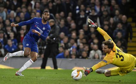 epaselect epa07559196 Chelsea's Ruben Loftus-Cheek (L) scores the opening goal during the UEFA Europa League semi final second leg match between Chelsea FC and Eintracht Frankfurt, at Stamford Bridge in London, Britain, 09 May 2019.  EPA/WILL OLIVER
