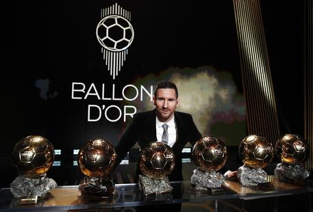 epa08040246 The Men's 2019 Ballon d'Or winner Barcelona forward Lionel Messi poses with his six Ballon d'Or trophies during the ceremony at Theatre du Chatelet in Paris, France, 02 December 2019.  EPA/YOAN VALAT