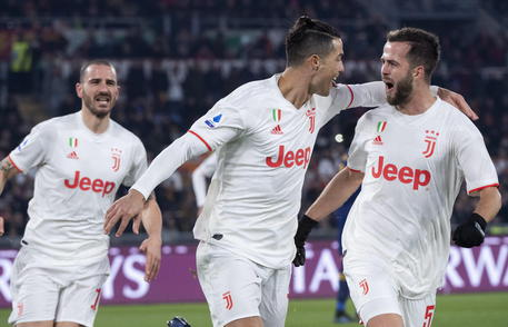 epa08123518 Juventus' Cristiano Ronaldo (CL) jubilates after scoring the 0-2 goal with Juventus' Miralem Pjanic (R) during Serie A soccer match Roma - Juventus at Olimpico Stadium in Rome, ITaly, 12 January 2020.  EPA/CLAUDIO PERI