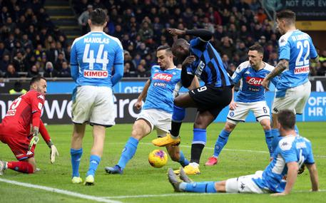 Inter?s Romelu Lukaku (C) in action during the Italy Cup semi-final first leg soccer match Inter FC vs SSC Napoli at the Giuseppe Meazza stadium in Milan, Italy, 12 February 2020. ANSA/MATTEO BAZZI