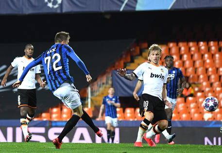 epa08284684 A handout image provided by UEFA shows Josip Ilicic (L) of Atalanta scoring his sides fourth goal during the UEFA Champions League round of 16 second leg match between Valencia CF and Atalanta BC at Estadio Mestalla in Valencia, Spain, 10 March 2020. The match takes place behind closed doors due to the coronavirus (COVID-19) outbreak.  EPA/UEFA / HO **SHUTTERSTOCK OUT** HANDOUT NO SALES/NO ARCHIVES